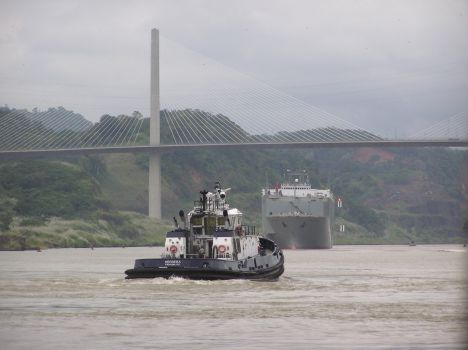 Tug entering culebra cut under Centennial Bridge