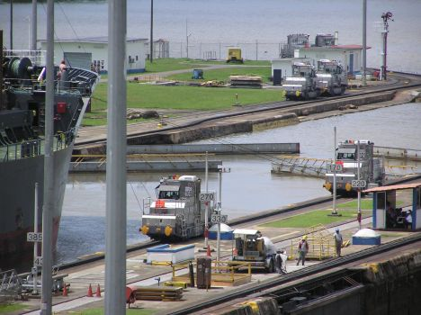 opening of lock gate Miraflores north lock