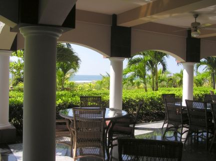 Breakfast and lunch to the sounds of the surf